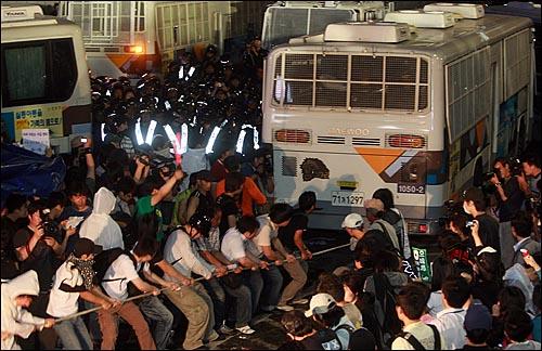 광우병위험 미국산쇠고기 수입반대 및 재협상을 요구하는 학생과 시민들이 1일 밤 서울 세종로 사거리에서 시위를 벌이다가 길을 막고 있는 경찰버스를 줄로 묶어 끌어내고 있다.