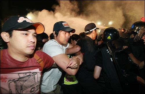 2일 새벽 서울 세종로 프레스센터 앞에서 광우병위험 미국산쇠고기 수입반대 및 재협상을 요구하며 밤샘시위를 벌인 시민, 학생들을 경찰들이 소화기를 발사하며 강제해산시키고 있다.