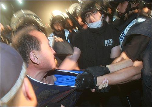 2일 새벽 서울 세종로 프레스센터 앞에서 광우병위험 미국산쇠고기 수입반대 및 재협상을 요구하며 밤샘시위를 벌인 학생과 시민들을 경찰들이 강제해산시키고 있다.