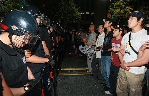 학생과 시민들이 2일 새벽 서울 세종로 프레스센터 앞에서 광우병위험 미국산쇠고기 수입반대 및 재협상을 요구하며 밤샘시위를 벌이고 있다.