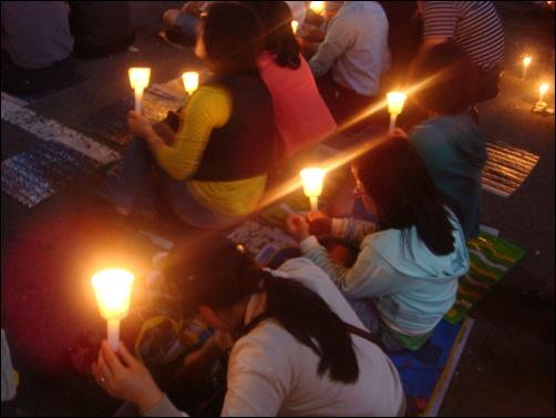 촛불문화제 지난 5월 31일 순천 연향동 조흔프라자 옆 주차장에서 촛불문화제가 열렸습니다. 저 촛불에 담은 염원이 이루어지길 바라는 마음 간절합니다.