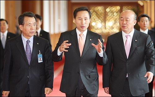 이명박 대통령이 3일 오전 청와대에서 국무회의를 주재하기 위해 한승수 총리, 류우익 비서실장과 함께 회의장으로 향하고 있다.