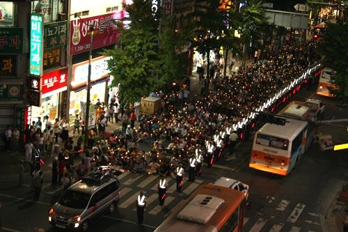 촛불행진 87년 6월 항쟁의 상징인 민중서관 사거리에서 자유발언을