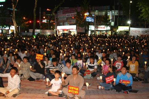 촛불문화제 전주 오거리 광장에서 아이에서 할아버지까지 촛불을 들었다.