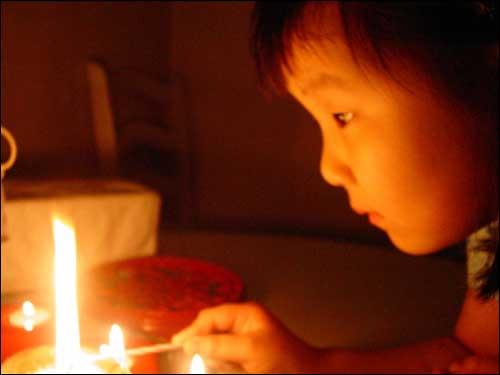 촛불을 밝히는 아이의 마음속에는 어떤 생각이 들어 있을까요?