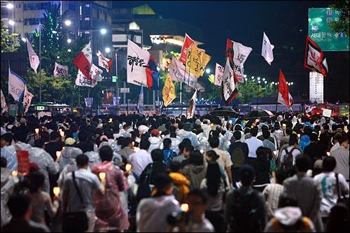 이명박 대통령 취임 100일을 맞이한 3일 밤 서울시청앞 광장에서 열린 광우병위험 미국산쇠고기 수입반대 및 재협상을 촉구하는 27차 촛불문화제에 참석했던 시민, 학생들이 불꺼진 청와대를 향해 세종로를 행진하고 있다.