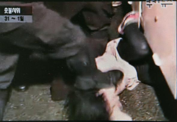 지난 1일 새벽 서울 광화문 인근에서 경찰 군홧발로 머리를 폭행당한 이모양. 이 장면이 담긴 동영상이 유포된 뒤 많은 사람들이 충격을 받았다.