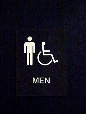 미국의 화장실은 장애인용을 별도로 만들기보다는, 시설 자체를 장애인의 편의를 기준으로 설계한다. 이러한 '범용 설계(universal design)' 또는 '장벽 제거 설계(barrier-free design)'은 모든 사용자에게 안전하고 쾌적한 환경을 제공한다.
