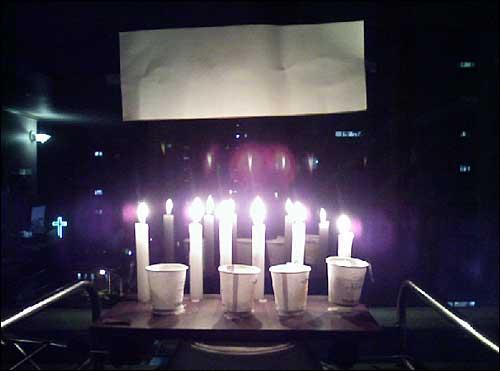 0718님이 보내주신 [엄지뉴스- 촛불사진]입니다.  시위에 직접 참여하지 못해서 죄송합니다. 그래서 저희 집에서는 촛불을 켜놓고 있습니니다. 촛불의 빛이 밖에서도 보이도록 저희집 거실의 불을 모두 꺼놓고 있습니다. 위의 사진은 저희집 베란다에 있는 촛불 사진입니다.