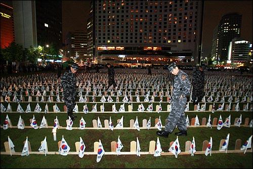 5일 저녁 서울시청앞 광장에 대한민국 특수임무 수행자회가 북파공작원 추모제를 한다며 태극기와 위패를 설치해 놓았다.