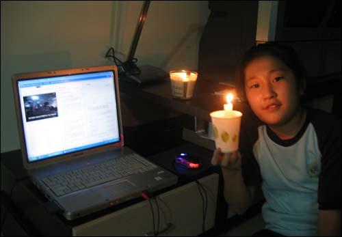 중국에서도 촛불을 들다 촛불문화제를 오마이뉴스 생중계로 딸과 함께 보는데... 발빠른 우리 딸 종이컵과 촛불을 준비 광동성에도 촛불을 밝혔다.