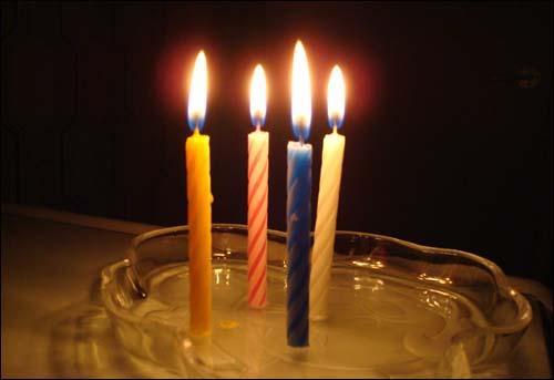 생일축하 초들도 함께 합니다...  종로에는 그 흔한 초가 우리집에는 하나도 없네요... ㅠ.ㅠ 그래서 간신히 찾아낸 몇년 묵은 생일초...   마음은 시민여러분과 함께 있습니다...  오늘 아들과 함께 시청으로 달려가야지... 홧팅