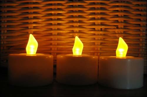비가와도 물대포를 쏴도 안꺼지는 촛불-! 눈썰미 있으신 분들은 이미 눈치채셨겠지만 진짜 티라이트가 아닙니다. 잘 보면 촛불 모양이 똑같지요? 스위치 넣으면 촛불이 깜박거리는 것처럼 불빛이 살짝, 깜빡 그렇게 약해지기도 하는  제법 귀여운 녀석들입니다.  지난번 촛불집회에 나갈때 진짜 양초랑 이것도 들고 나갔었지요. 바람이 불어도 안꺼지고 촛농도 안떨어지고 제법 편하기도 하구요.  내일 집회에 나갈 생각인데 이 녀석들을 랩으로 싸서  비가와도, 바람이 불어도, 물대포를 맞아도, 멀쩡하게 불을 밝힐 세컨 촛불로 가지고 나가렵니다.