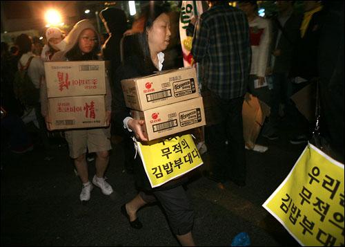 6일 새벽 촛불집회 참가자들을 지원하기 위한 김밥 초코바 등 음식물이 도착하고 있다. 이 음식물은 디시인사이드 음식갤러리 및 미주의 한인 주부들이 보낸 것.