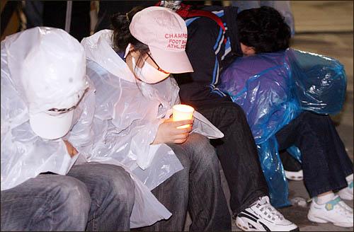미국산 쇠고기 수입에 반대하며 서울 세종로 사거리에서 밤새 농성을 벌인 시민들이 6일 아침 길바닥에서 새날을 맞이하고 있다.