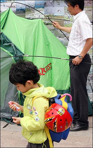 미국산 쇠고기 수입반대 72시간 릴레이 농성이 열리고 있는 서울시청 앞 광장. 6일 아침 이 곳에 천막을 치는 사람이 있는가 하면 우산과 화이바를 챙겨나온 초등학생도 눈에 띈다.