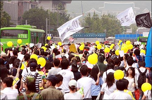 미국산쇠고기 전면 수입개방 반대 72시간 릴레이 농성 이틀째인 6일 오후 수천명의 시민, 학생들이 '아고라' 깃발을 앞세우고 청와대 방향으로 행진을 벌이고 있다.