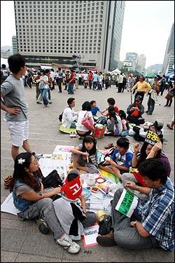 미국산쇠고기 전면 수입개방 반대 72시간 릴레이 농성 이틀째인 6일 오후 가족단위 참가자들이 서울시청앞 광장에서 도시락을 먹고 있다.