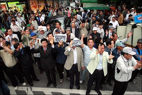 미국산 쇠고기 전면수입개방 반대 72시간 릴레이 농성 둘째날인 6일 오후 서울 대학로에서 집회를 마친 시민, 학생들이 촛불문화제가 열리는 서울시청앞 광장을 향해 행진을 벌이자 종로3가에서 거리에 나와 있던 노인들이 박수를 치고 함께 팔을 흔들며 격려하고 있다.