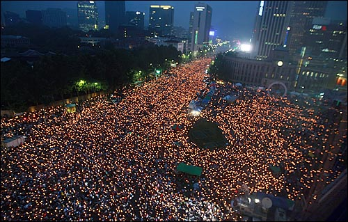 미국산쇠고기 전면 수입개방 반대 72시간 릴레이 촛불문화제 둘째날인 6일 저녁 촛불문화제가 서울 시청앞 덕수궁부터 세종로네거리까지 학생과 시민들이 가득 채운 가운데 열리고 있다.