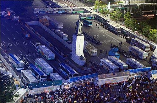 미국산쇠고기 전면 수입개방 반대 72시간 릴레이 촛불문화제 이틀째인 6일 밤 서울 시청 앞 광장에서 열린 촛불문화제에 참가한 학생과 시민들이 거리행진을 시작한 가운데 광화문 사거리에서 경찰 병력과 전경버스로 원천 봉쇄되어 있다.