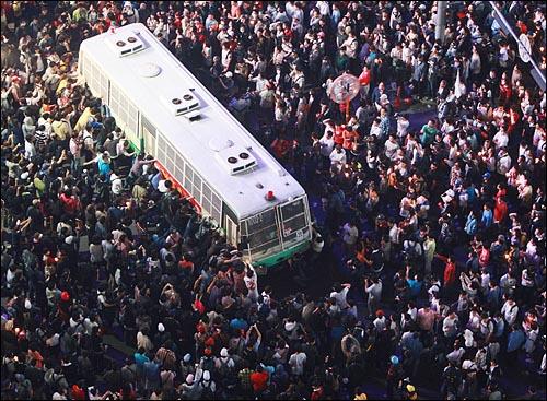 미국산쇠고기 전면 수입개방 반대 72시간 릴레이 촛불문화제 이틀째인 6일 밤 서울 시청 앞 광장에서 열린 촛불문화제를 마친 학생과 시민들이 세종로 사거리에서 시위를 벌이다가 길을 막고 있는 경찰버스를 손으로 밀어내고 있다.
