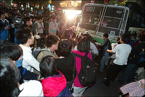 미국산쇠고기 수입 전면개방 반대 72시간 릴레이 농성 두번째날인 6일 밤 서울 세종로네거리에서 시민, 학생들이 청와대로 향하는 골목을 막고 있는 경찰버스에 밧줄을 걸어서 끌어내고 있다.
