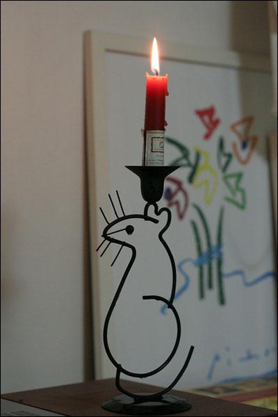 촛불을 떠받드는 쥐군 오마이뉴스 실황중계를 보고있습니다. 뛰쳐나가고싶은 마음은 굴뚝같지만 아쉽게도 집에서 재택촛불로 여러분들을 지지합니다. 촛불을 받들고 있는 쥐군입니다. 제가 이뻐라하는 쥐군촛불이지만...오늘 국민을 위해 희생하겠습니다. 오늘 반성없는 누군가를 대신해 눈물을 흘리며 촛불을 떠받들고 있습니다. 우리 모든 촛불들 화이팅하시기 바랍니다~.