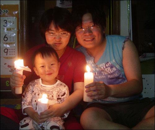 효자동에서 촛불3개 보탭니다~~ 둘째도 임신한 와이프와 아직 두돌이 안된 아들을 두고 나갈수 없는 안타까움에 이렇게 나마 집에서 촛불3개 사진으로 보태봅니다. 여기 효자동인데요. 동네 주민 하나가 너무 말썽이라 온 국민이 고생하네요. 저희도 원치 않게 집에 갇혀 지내는 신세입니다. 집으로 들어오는 입구가 다 막혔어요. 동네 반상회에 나오지도 않는 불량 주민이라 어찌할수도 없네요. 다들 수고하세요~~~