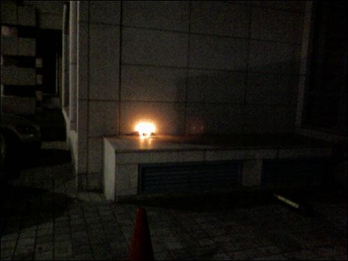 청와대 근처 유화빌딩 한켠에 촛불 두개 지키고 있음. 닭장에서 눈치 못챔.