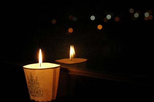 광명에서도 한개 추가요.. 5월의 마지막과 6월의 첫날을 삼청동길에서 물대포와 함께하다 심하게 걸린 감기가 낫지 않아 오늘은 집에서 촛불을 켭니다. 오늘 거리에 계신 분들 부디 이 촛불이 방패가 되기 바랍니다.
