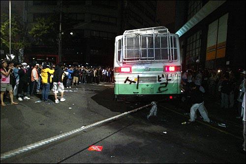 미국산쇠고기 수입 전면개방 반대 72시간 릴레이 농성 세번째날인 7일 새벽 서울 세종로네거리에 모인 시민, 학생들이 청와대 방향 골목길을 가로막은 경찰버스를 밧줄을 걸어 끌어내고 있다.