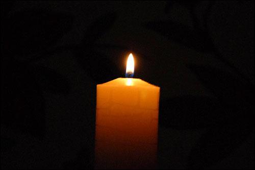 새벽3시에.... 인터넷으로 생방 계속 보고있다 새벽 3시 넘어 촛불 사진 올립니다. 우리국민을  편하고 행복하게 해주면 안되겠니???????   설렁탕, 소머리국밥, 소내장탕은 이제 어디가서 사먹을 수 있겠니. 이 미친...