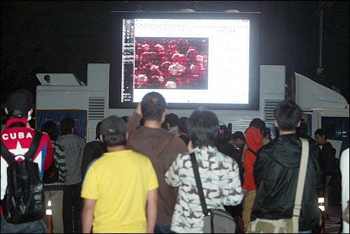 미국산쇠고기 수입 전면개방 반대 72시간 릴레이 농성 세번째날인 7일 새벽 서울 세종로네거리에서 시민, 학생들이 오마이뉴스 생중계를 시청하고 있다.
