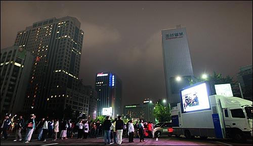 미국산쇠고기 수입 전면개방 반대 72시간 릴레이 농성 세번째날인 7일 새벽 서울 세종로네거리에서 시민과 학생들이 오마이뉴스 생중계를 시청하고 있다.