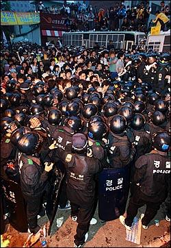 미국산쇠고기 전면 수입개방 반대 72시간 릴레이 촛불문화제 삼일째인 7일 새벽 서울 시청 앞 광장에서 열린 촛불문화제를 마친 학생과 시민들이 새문안교회 뒤쪽에서 경찰들과 대치를 하고 있다.