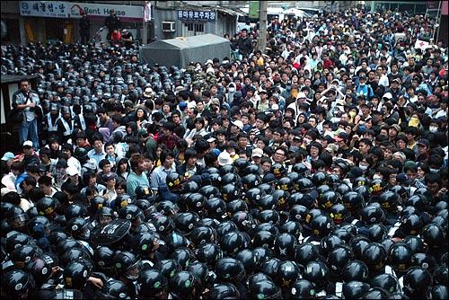 미국산쇠고기 수입 전면개방 반대 72시간 릴레이 농성 세째날인 7일 새벽 세종로네거리에서 청와대로 향하는 골목길에서 시민, 학생 수백명이 경찰과 몸싸움을 벌이고 있다.