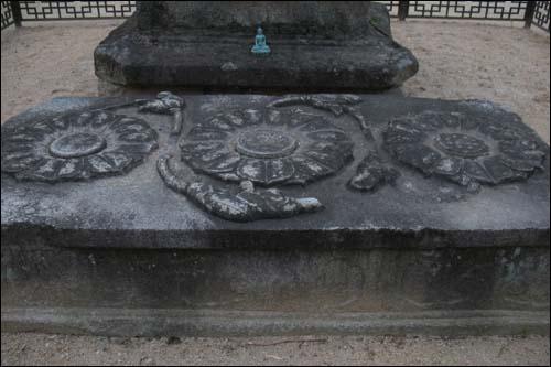 석탑 앞에 놓인 충남도 유형문화재 제53호 배례석.