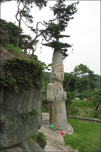 삼성각 돌계단에서 바라본 보물 제218호 관촉사석조미륵보살입상.