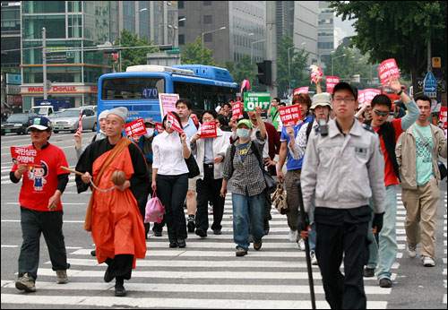 미국 쇠고기 수입반대 72시간 연속 촛불시위 3일째인 7일 오전 서울 세종로 사거리를 둘러가는 사각형 횡단보도를 빙 두르며 '준법시위'를 하고 있는 시위대.
