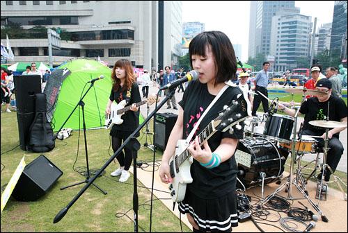 미국 쇠고기 수입반대 72시간 연속 촛불시위 3일째인 7일 오후 서울 시청 앞 광장에서 문화연대 주최의 음악공연이 열리고 있다. 인디밴드 '룩 앤 리슨'의 공연장면.