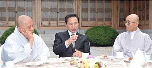 지난 6일 이명박 대통령과 한국불교종단협의회 회장단 오찬회동 모습.