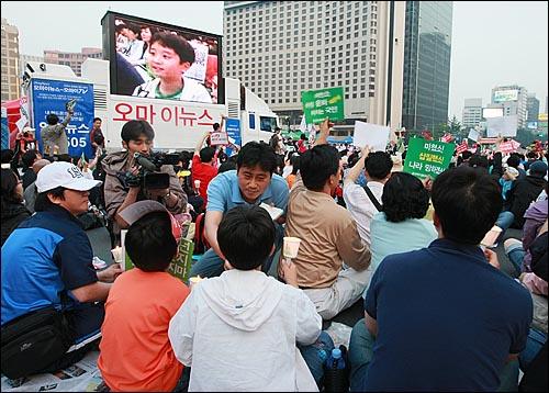 미국산쇠고기 전면 수입개방 반대 72시간 릴레이 촛불문화제 사흘째인 7일 저녁 서울 시청앞 광장에서 오마이뉴스 취재, 방송기자가 취재하는 모습이 오마이뉴스 생중계 방송차량 모니터에 보여지고 있다.