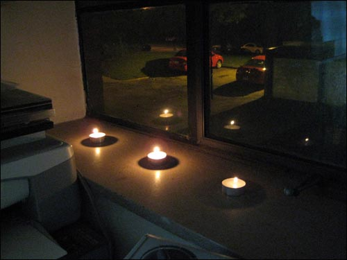 될때까지... 비록 몸은 멀리 미국 동부에 있지만, 저는 한국인이며 우리나라를 사랑합니다. 한 마음으로, 될때까지 촛불을 모읍니다. 72시간 MT 의 사흘째를 알리는 세 개의 촛불.