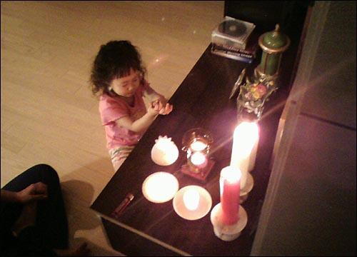 34개월된 아이의 작은기도 집에서의 작은 촛불기도를 히는 우리딸... 하느님 우리 좋은 고기 먹게 해주세요..~~