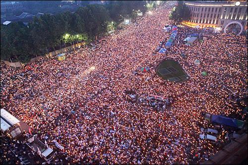 광우병 위험으로부터 안전하지 않은 미국산 쇠고기 수입에 반대하는 시민들이 7일 저녁 서울 태평로 덕수궁 앞에서 전면 재협상을 촉구하며 촛불을 밝히고 있다.