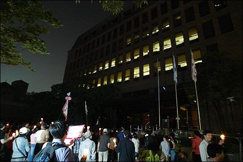미국산 쇠고기 수입 전면개방 반대 72시간 릴레이 농성 세째날인 7일 저녁 1백여명의 시민들이 서울 세종로 네거리 부근 조선일보사 편집국 건물앞에서 규탄시위를 벌이고 있다.