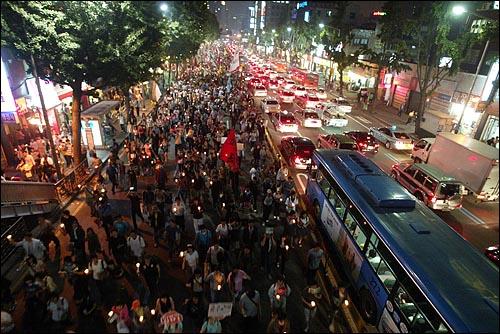 미국산 쇠고기 수입 전면개방 반대 72시간 릴레이 농성 세째날인 7일 저녁 서울시청앞 광자에서 열린 촛불집중문화제에 참석했던 시민, 학생들이 서대문로터리를 지나 청와대로 가기 위해 사직터널로 행진하고 있다.