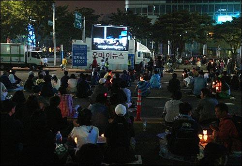 미국산쇠고기 전면수입개방 반대 72시간 릴레이 농성 세째날인 7일 저녁 촛불집중문화제가 열리는 서울 세종로네거리에서 수백명의 시민들이 오마이뉴스 생중계 차량을 통해 경찰과 시민들의 대치상황을 시청하고 있다.