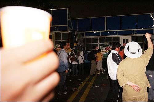 """7일 밤 서울 안국동에서 청와대로 향하던 촛불행렬이 전경차에 가로막히자 """"차빼라!""""를 외치고 있다."""